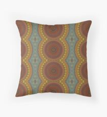 Kreisförmiger Mandalaraport in warmen Herbstfarben. Throw Pillow