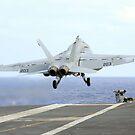 Eine F / A-18E Super Hornet startet vom Flugzeugträger USS George Washington. von StocktrekImages