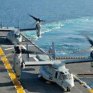 MV-22 Osprey Flugzeuge landen an Bord der USS Peleliu. von StocktrekImages