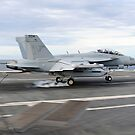 Ein E / A-18G Growler macht eine verhaftete Landung an Bord der USS George HW Bush. von StocktrekImages