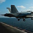Eine F / A-18F Super Hornet startet von der USS John C. Stennis. von StocktrekImages