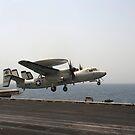 Ein E-2C Hawkeye startet vom Flugdeck der USS Enterprise. von StocktrekImages