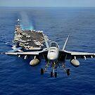 Eine Superhornisse F / A-18E, die über USS John C. Stennis fliegt. von StocktrekImages