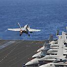 Eine F / A-18C Hornet startet vom Flugdeck der USS Dwight D. Eisenhower. von StocktrekImages