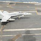 Eine F / A-18C Hornet landet auf dem Flugdeck der USS Nimitz. von StocktrekImages