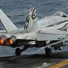 Eine F / A-18C Hornet startet vom Flugdeck der USS Nimitz. von StocktrekImages