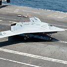 Ein unbemanntes Kampfluftsystem X-47B macht eine Landung. von StocktrekImages