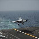 Eine F / A-18F Super Hornet landet auf dem Flugzeugträger USS Nimitz. von StocktrekImages