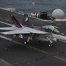 Eine F / A-18F Super Hornet landet auf dem Flugdeck der USS Nimitz. von StocktrekImages