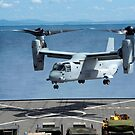 Ein MV-22 Osprey landet auf dem Flugdeck der USS Germantown. von StocktrekImages