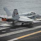 Eine F / A-18C Hornet startet vom Flugzeugträger USS Nimitz. von StocktrekImages