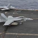 Eine F / A-18F Super Hornet landet auf dem Flugdeck an Bord der USS Nimitz. von StocktrekImages