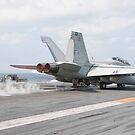 Eine F / A-18F Superhornet startet vom Flugdeck der USS George Washington. von StocktrekImages