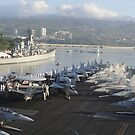 Seeleute bemannen die Schienen von USS Nimitz in Pearl Harbor. von StocktrekImages