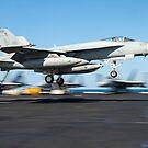 Eine F / A-18E Super Hornet landet auf dem Flugdeck der USS Harry S. Truman. von StocktrekImages