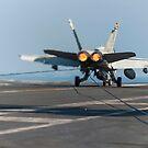 Eine F / A-18C Hornet landet auf dem Flugdeck der USS Harry S. Truman. von StocktrekImages