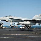 Eine F / A-18E Super Hornet landet an Bord der USS Harry S. Truman. von StocktrekImages