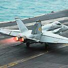 Eine F / A-18C Hornet landet auf dem Flugzeugträger USS Theodore Roosevelt. von StocktrekImages
