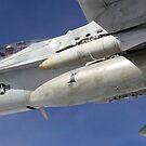 Eine F / A-18C Hornet fliegt über die Pacific Missile Range Facility. von StocktrekImages