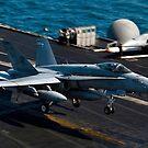 Eine F / A-18 Hornet landet auf dem Flugzeugträger USS Theodore Roosevelt. von StocktrekImages