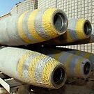 Sechs GBU-12 Bomben sitzen in einem Regal in einem Waffenlager. von StocktrekImages