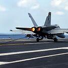 Eine F / A-18C Hornet landet erfolgreich auf dem Flugdeck der USS John C. Stennis. von StocktrekImages
