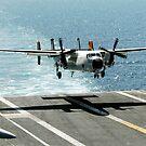 Ein C-2A Greyhound bereitet sich vor, auf dem Flugdeck der USS Dwight D. Eisenhower zu landen. von StocktrekImages