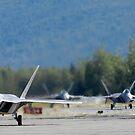 Sechs F-22 Raptors rollen die Landebahn hinunter. von StocktrekImages