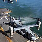 Zwei MV-22 Ospreys landen auf dem Flugdeck der USS Nassau. von StocktrekImages