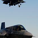 F-35B Lightning II-Varianten landen an Bord des Flugdecks der USS Wasp. von StocktrekImages
