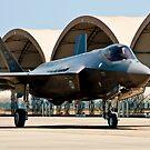 Ein F-35 Lightning II, der an der Eglin-Luftwaffenstützpunkt, Florida mit einem Taxi fährt. von StocktrekImages