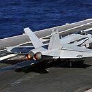 Eine F / A-18C Hornet landet auf dem Flugdeck der USS Abraham Lincoln. von StocktrekImages