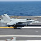 Eine F / A-18C Hornet landet an Bord der USS George HW Bush. von StocktrekImages