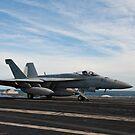 Eine F / A-18F Superhornet startet vom Flugdeck der USS Enterprise. von StocktrekImages