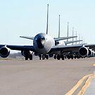 KC-135 Stratotankers in Elephant Walk-Formation auf der Piste. von StocktrekImages