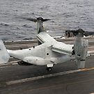 Ein V-22 Osprey landet an Bord des Flugzeugträgers USS Harry S. Truman. von StocktrekImages