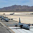 Sieben C-130J Super Hercules rollen auf Creech Air Force Base. von StocktrekImages