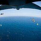 Ein MC-130P Combat Shadow bereitet sich darauf vor, zwei HH-60G Pave Hawk Helikopter zu betanken. von StocktrekImages