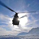 Ein CH-47 Chinook Helikopter startet von einer entfernten Landezone. von StocktrekImages