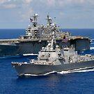 Das Amphibien-Angriffsschiff USS Nassau und der Lenkwaffen-Zerstörer USS Bulkeley durchqueren den Atlantischen Ozean. von StocktrekImages