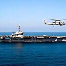 Ein MH-60R Sea Hawk fliegt in der Nähe des Flugzeugträgers der Nimitz-Klasse, USS John C. Stennis. von StocktrekImages
