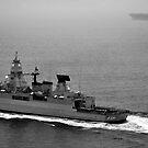 Die deutsche Fregatte FGS Hessen kreuzt mit der USS Harry S. Truman. von StocktrekImages