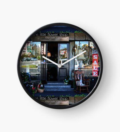 Reflexionen in einem Schaufenster Uhr