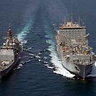 USS Cape St. George zieht neben USNS Charles Drew für eine Wiederauffüllung auf See. von StocktrekImages