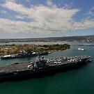 USS Carl Vinson passiert das USS Missouri Memorial in Pearl Harbor. von StocktrekImages
