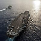 USS George Washington und USS Mobile Bay unterwegs im Pazifischen Ozean. von StocktrekImages
