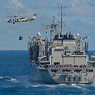 Ein MH-60S Sea Hawk führt eine vertikale Auffüllung mit der USNS Bridge durch. von StocktrekImages