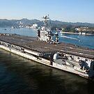 Der Flugzeugträger USS George Washington durchquert die Tokyo Bay. von StocktrekImages