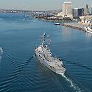 Der Lenkwaffenzerstörer USS William P. Lawrence verlässt San Diego. von StocktrekImages