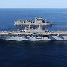 Amphibisches Angriffsschiff USS Kearsarge neben USNS Robert E. Peary. von StocktrekImages